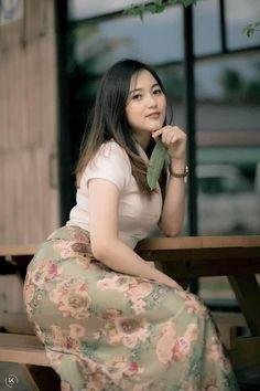 Burmese Girls, Myanmar Traditional Dress, Myanmar Women, Arab Girls Hijab, Teen Girl Poses, Asian Model Girl, Attractive Girls, Myanmar Dress Design, Beautiful Asian Women