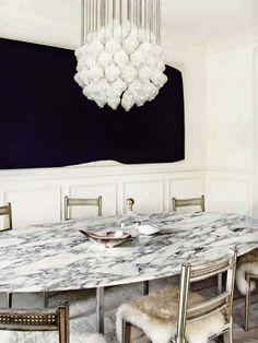Sala de jantar com luminária de cristal