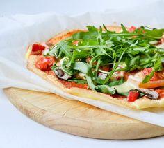Cloud bread pizza | De nieuwe trend van dit moment: cloud bread! Eerder maakt ik al eens cloud bread. Maar nu verrast Jacky ons met een cloud bread pizza. Dit is zeker weten het proberen waard! Cloud bread bevat geen koolhydraten en gluten. De enige ingrediënten zijn namelijk eieren, hüttenkäse en bakpoeder. Als dit geen gezonde pizza is?