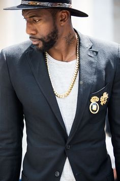 Street looks gold chain on white T-shirt bijoux homme. Cool bro!
