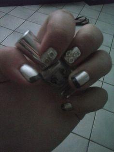 nail art con smalto effetto specchio e smalto grigio effetto lycra