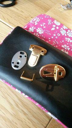 Tuto : comment poser une attache cartable sur un sac ou une pochette