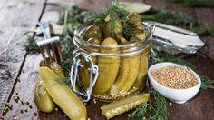 """""""Suolakurkku on yksi hyvä esimerkki meille arkipäiväisestä, mutta hyvää tekevästä elintarvikkeesta, sillä tutkimuksien mukaan suolakurkun syöminen vahvistaa tehokkaasti vastustuskykyä"""". Makuja.fi -sivuston pohdintaa fermentoiduista ruoista. Kuuluuko suolakurkku ja hapankaali sinunkin arkipäivääsi?"""