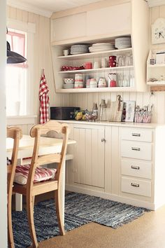 Kitchen. Little. Creamy--with Greengate ceramics on the shelves! --beatehemsborg: utfordring | sommer på jorda II