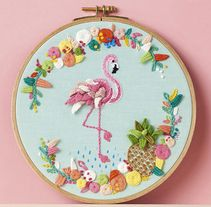 """""""Tropical Flamingo"""" Molliemakes a project by SrtaLylo. Domestika is the largest community for creative professionals. Hand Quilting Patterns, Hand Embroidery Patterns Flowers, Hand Embroidery Projects, Embroidery Alphabet, Hand Embroidery Flowers, Embroidery Sampler, Creative Embroidery, Hand Embroidery Designs, Ribbon Embroidery"""