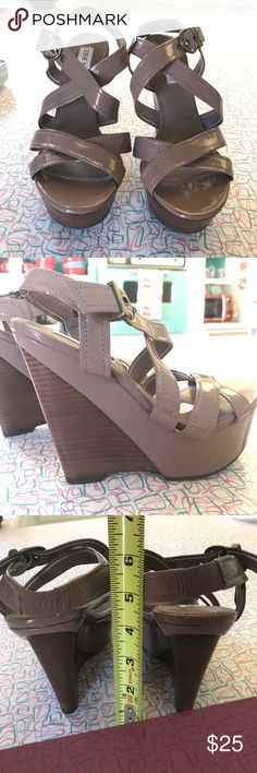 """Steve madden taupe patent pleather platforms sz 7 Amazing, like-new shoes! They're a super leg-elongating color & go w anything! Like a dark greige. Shiny patent pleather material w dark fake wood platform heel. Buckle w grommet holes. Wore once to a formal party. Had foot surgery and can no longer walk in them. 2"""" platform in front, 4"""" in back. The white squares at the ball of the foot are from some disposable cushions I put in there. That's their only flaw. Steve Madden Shoes Platforms"""