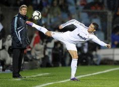Ronaldo is awesome! Sports Images, Sports Photos, Good Soccer Players, Football Players, Jet Set, God Of Football, Football Pics, Funny Football, Match Of The Day