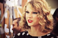 """Taylor Swift with """"short"""" curls"""