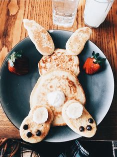 Pancakes Bunny Pancakes,Bunny Pancakes, Impressive Latte And It's Too Cute To Gefüllte Eier zu Ostern für ein leckeres Osterbrunch. Easter Recipes, Baby Food Recipes, Holiday Recipes, Cooking Recipes, Party Recipes, Spring Recipes, Cute Food, Good Food, Yummy Food
