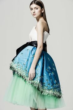 Invitada perfecta. Falda tul con sobrefalda seda azul bordada · Green tulle skirt with blue overskirt. The perfect guest. Del Pozo.