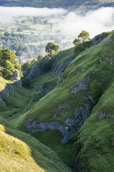 Who has visited the Peak District? The pictures are simply breathtaking! Stunning scenery of Castleton, Derbyshire, England. Castleton Derbyshire, Places To Travel, Places To See, Magic Places, British Countryside, Peak District, All Nature, British Isles, Beautiful Landscapes