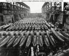 Sous-marins Type A, 46 tonnes. 2 membres d'équipage. Fabriqué a Kure au Japon vers 1938, 5 exemplaires, largués depuis un sous-marin I24 au large de Pearl-Harbour, ont participé aux combats. L'un d'eux fut capturé par les américains (HA19) et est exposé au National Museum of the Pacific War à Fredericksburg, Texas. Les américains les ont surnommés les Midget C. 24 mètres de long et 2 mètres de diamètre. Moteur électrique 600 chevaux. 28 nœuds en surface et 19 immergé. 2 hélices contre…