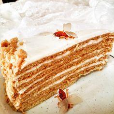 עוגת דבש שמקורה במטבח הרוסי ומורכבת משכבות בצק דקיק עם ניחוח דבש, שמנת מתוקה וחמוצה וחלב מרוכז. עוגה נהדרת