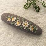 刺繍バレッタ9×2.5 ローマンカモミール Embroidery On Clothes, Embroidery Works, Felt Embroidery, Silk Ribbon Embroidery, Diy Projects To Try, Crafts To Make, Diy Hairstyles, Cute Gifts, Wool Felt