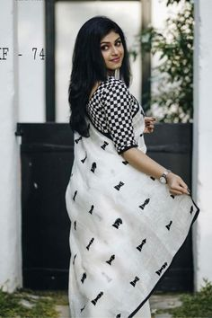 black and white print saree and blouse design Silk Saree Blouse Designs, Fancy Blouse Designs, Saree Blouse Patterns, Trendy Sarees, Stylish Sarees, Indian Sarees, Silk Sarees, Bengali Saree, Khadi Saree