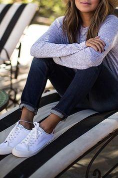 color gris con jean o negro y zapatillas blancas , básico .