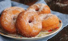 Le graffe napoletane sono delle sofficissime ciambelle di patate dolci preparate con lievito di birra e decorate con zucchero e cannella.