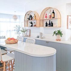 This home bar is such a dream 😍 The perfect spot for breakfast or an afternoon drink! Champagne brunch anyone? 🥂    The custom made arch-brass-rattan wall shelves are such gorgeous centrepieces, and this curve island is a perfect touch to soften the space! ✨    Designed and styled by Jade