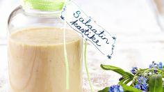 Itsetehty perinteinen salaatinkastike sopii vaikka tuliaisiksi. Sauce Recipes, Cooking Recipes, Pesto, Glass Of Milk, Food And Drink, Favorite Recipes, Cheese, Fruit, Drinks