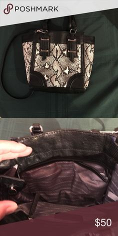 """Vera Wang Purse. Excellent condition This purse is in excellent condition approx 8"""" tall and 7"""" wide. It has a detachable body strap Vera Wang Bags Crossbody Bags"""