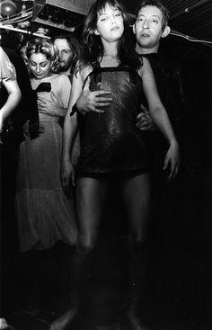 """Jane Birkin und Serge Gainsbourg tanzen den 'Decadanse'-Der erste gemeinsame Abend verläuft spektakulär: Gainsbourg schleppt Birkin zunächst in einen Nachtclub, dann in einen Transvestiten-Laden und schließlich ins Hilton-Hotel, wo sie sich im Bad einschließt und er strunzstramm auf dem Bett einschläft. Sie findet ihn süß und kauft am Morgen die Single """"Yummy, Yummy, Yummy (I Got Love In My Tummy)"""", die sie, bevor sie endgültig das Hotelzimmer verlässt, dem immer noch komatös herumliegenden…"""