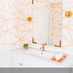 PaintBar Mail Bar // Waschbecken mit integrierten Seifenspendern und Handtucheinwurf. Geometrische Wandgestaltung im hellen Badezimmer! Die ganze Geschichte auf roomido.com  #roomido