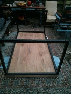 DIY: eikenhouten tafel met stalen frame - Roomed Metal Furniture, Furniture Decor, Diy Esstisch, Lumber Rack, Diy Dining Table, Industrial Table, Diy Desk, Diy Home Decor, Woodworking