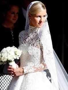 Hotelerbin Nicky Hilton zog bei ihrer Londoner Hochzeit eine richtige Modenschau ab und ließ sich in fünf weißen Kleidern blicken. Natürlich allesamt mit Ärmeln - inklusive des eigentlichen Hochzeitskleids von Valentino.