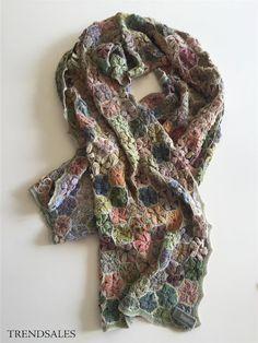 Sophie Digard Hæklet tørklæde - str. 30x114 - Se billede Love Crochet, Crochet Designs, Yarn Crafts, Knitting Yarn, Knit Patterns, Scarfs, Needlework, How To Make, Color