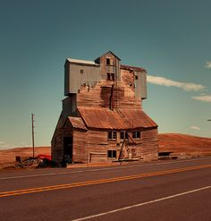 Architecture - Abandoned Places - Very odd looking building along side of the highway near Pullman, Washington Abandoned Buildings, Abandoned Mansions, Old Buildings, Abandoned Places, Abandoned Castles, Modern Buildings, Detail Architecture, Landscape Architecture, Into The West