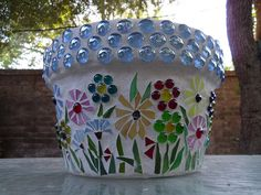 Flower Pot with glass stones and flower mosaic Mosaic Planters, Mosaic Vase, Mosaic Flower Pots, Pebble Mosaic, Mosaic Tables, Clay Pot Projects, Clay Pot Crafts, Mosaic Projects, Shell Crafts
