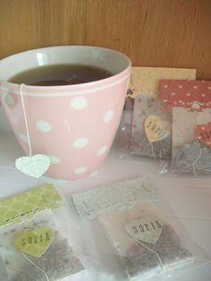 bolsas de te decoradas De las manos de Jann - manualidades, tarjetas, recuerdos para toda ocasión Tea Design, Tea Packaging, Tea Gifts, Ideas Para Fiestas, Artisanal, Tea Party, Projects To Try, Baby Shower, Diy Crafts