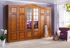 Kleiderschrank »Carlo«. Mit diesem traumhaften Schlafzimmerprogramm schaffen Sie einen tollen Blickfang. Die Möbel im Landhaus-Stil sind hochwertig und aufwendig verarbeitet, mit dekorativen Fräsungen und Verzierungen. Aus FSC®-zertifiziertem, teilmassivem Kiefernholz, wahlweise honig gewischt oder weiß lackiert (Holzstruktur leicht sichtbar). Front Kiefer massiv, Korpus außen Kiefer furniert, ...