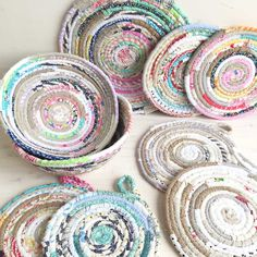 Here's a great basket making tutorial! You can make them in an array of colours and sizes, just experiment a little and see how they turn . Sewing Tutorials, Sewing Crafts, Sewing Patterns, Sewing Diy, Tutorial Sewing, Sewing Ideas, Rope Basket, Basket Weaving, Scrap Fabric Projects