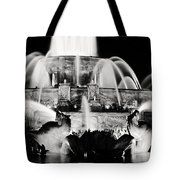 Buckingham Fountain At Night (Chicago) Tote Bag by Laura Kinker