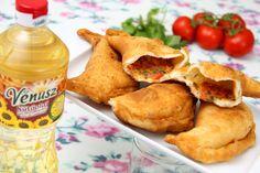 Töltött lángos (Panzerotti) recept Hungarian Recipes, Love Eat, Canapes, Guacamole, Mozzarella, Bakery, Bbq, Pizza, Sweets