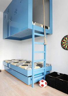 jungenzimmer einrichten blaues stockbett treppe ball
