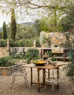 36 Awesome Mediterranean Outdoor Living Ideas - The trend in home and garden decor in the last few years has without a doubt been towards Italian/Tuscan themed areas. In large part, this is tied in . Mediterranean Garden Design, Tuscan Garden, Mediterranean Outdoor Decor, Tuscan Courtyard, Large Terracotta Pots, English Garden Design, Home And Garden Store, Outdoor Living Rooms, Living Spaces