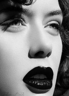 Dudaklarında gözüm var... gülümsemeni görmek için elbette yumulup öpmek de…