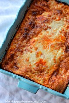 I love this Easy Baked Ravioli recipe so much. It only has 4 ingredients, & my whole family gobbles it up! So super simple & so super yummy too! Easy Baked Ravioli Recipe, Ravioli Bake, Ravioli Lasagna, Easy Dinner Recipes, Great Recipes, Favorite Recipes, Dinner Ideas, Delicious Recipes, Beef Recipes
