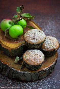 Kawowo orzechowe muffinki z rodzynkami i młodymi, słodko winnymi jabłkami. Fantastyczne, zwłaszcza do kubka kawy zbożowej z mlekiem. Na dobry początek weekendu.