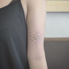 tatouage-rose-femme-style-minimaliste-géométrique