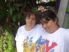 Minha mãe e eu com nossas camisetas do Pokémon da Nintendo Blast