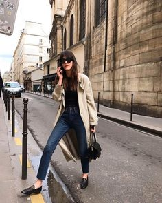 French Wardrobe Essentials – Leia Sfez wearing a trench coat, straight blue jeans, black Marni Trunk bag and black leather loafers in Paris French Girl Style, French Girls, Cool Girl Style, Trench Coat Outfit, Trench Coats, Trench Coat Style, Parisian Chic Style, Paris Chic, Moda Outfits