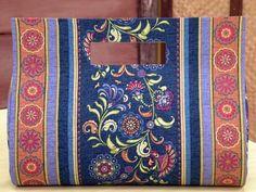Esteja preparada para criar esta linda bolsa utilizando técnicas de cartonagem! É uma bolsa bem gran