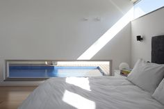 חדר שינה הורים - הבריכה משתקפת בחלון הסטריפ התחתון