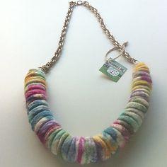 Shibori felt necklace with faux chain. Περιδέραιο με αλυσίδα και μάλλινο στοιχείο με την τεχνική shibori felt.