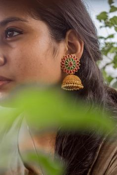 One stop destination for trendy & classic handpicked handlooms and accessories at an affordable price! Gold Jhumka Earrings, Indian Jewelry Earrings, Jewelry Design Earrings, Gold Earrings Designs, Gold Jewellery Design, Jhumka Designs, Antique Jewellery Designs, Gold Ring Designs, Gold Jewelry Simple