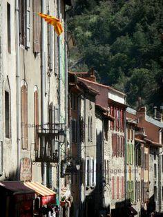 Villefranche-de-Conflent: Fachadas de casas de la ciudad medieval - France-Voyage.com