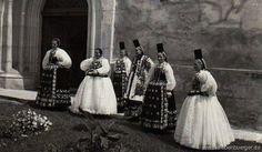Lechnitzer Frauen und Konfirmandinnen vor dem Kircheneingang